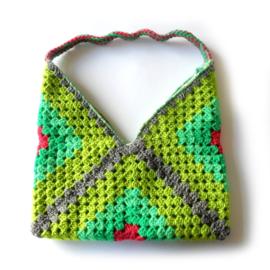 Gehaakte tas in groen met klein beetje rood (31 x 30 cm - de uitsparing)