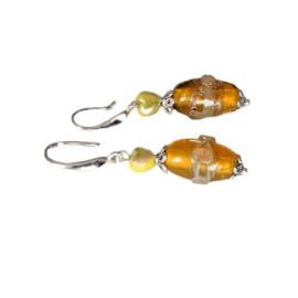 Oorbellen van geel Muranoglas en een geel glazen hartje