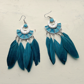 Blauwe veertjes aan blauwe metalen hanger (11,5 cm lang)