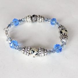 Kleine armband van dalmatiërjaspis met blauw kristal en tibetaans zilver (17 cm)