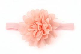 Bloem van licht-roze voile op een band van elastiek
