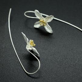 Lange verzilverde oorstekers met bloem
