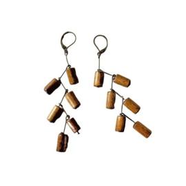Oorbellen van brons en bruin hout (8,5 cm lang)