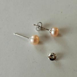 Zilveren oorstekers met kleine roze zoetwaterparel (5 mm)