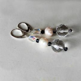 Geslepen kristallen bol met grote zoetwaterparel en geiriseerde kristal aan zilveren oorhangers