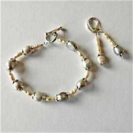 Armband + oorbellen van grote grijze en kleine witte zoetwaterparels  (19 cm lang)