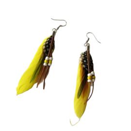 Gele veren met kraaltjes (ongeveer 8 cm)