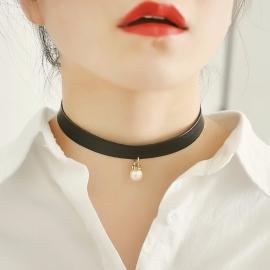 Leren halsband met een parel en strass-steentjes (33 - 37 cm lang)