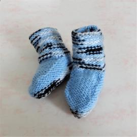 Gebreide sokjes in lichtblauw met grijs (maat 62-68)