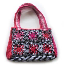 Gehaakte schoudertas van zwart-wit met roze granny squares (35 x 24 cm)