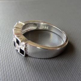 Zilveren ring met blokjes zwart en strass in maat 51 (17) en 54 (18)