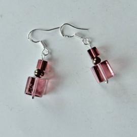 Grote en kleine roze kubus van glas