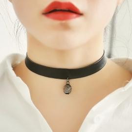 Leren halsband met een hanger en een sluiting (31,5 - 35 cm lang)