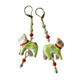 Houten poesjes aan hangers van nikkelvrij brons (8 cm lang)