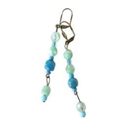 Oorbellen van groen en blauw glas (8 cm lang)