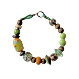 Groen suède armband met glas en hout (19,5 cm lang)