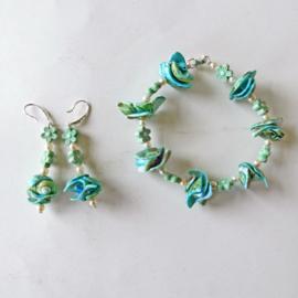 Armband + oorbellen van blauwe schelpjes met pareltjes (19,5 cm lang)