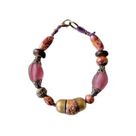 Paarse suède armband met glas, hout en brons (19 cm lang)