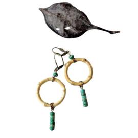Lichtgewicht oorbellen met een ring van bamboe en groene natuursteentjes (8,5 cm lang)