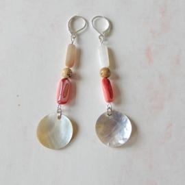 Oorbellen van rozerode en witte parelmoer en bruine jaspis (8 cm lang)