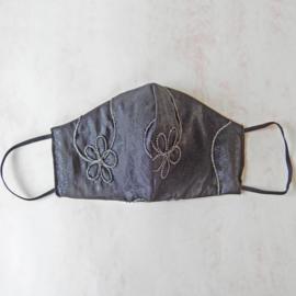 Antracietgrijs mondkapje met beetje glitter en opgenaaid zilverdraad en zwart elastiek