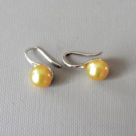 Zilveren oorhangers met goudkleurige zoetwaterparels