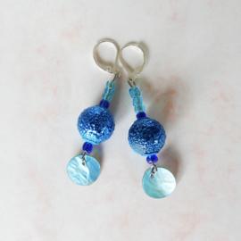 Blauwe oorbellen van glas en parelmoer (6 cm lang)
