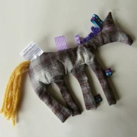 Geblokt kruidenpaardje met gele staart (droomkussentje)
