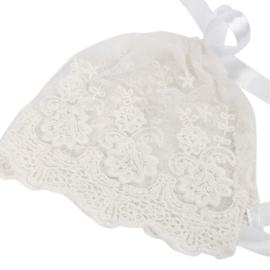 Mutsje van crèmekleurige kant met witte linten