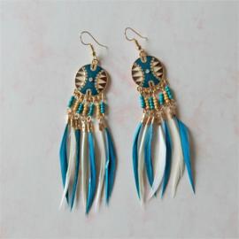Goudkleurige oorhangers met kleine  blauwe en crème veertjes (ongeveer 10 cm lang)
