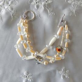 Armband met 3 strengen van parelmoer, schelp- en glaskralen (18,5 cm lang)