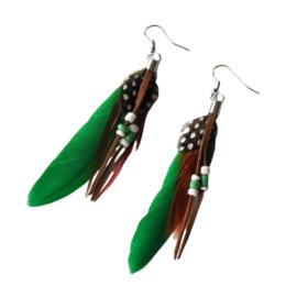 Oorbellen met groene veer, rood veertje en kralen (ongeveer 8 cm lang)