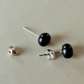 Zilveren oorstekers met zwarte zoetwaterparel (7 mm)