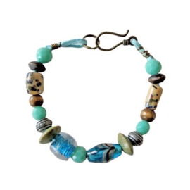 Blauw suède armband met hout, glas en keramiek (21 cm lang)