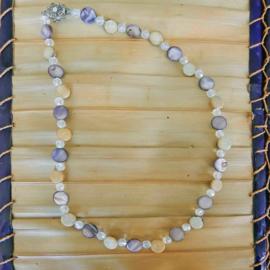 Ketting + oorbellen van parelmoer en hout (51 cm lang)