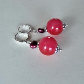 Rode glaskraal met rode zoetwaterparel aan zilveren ringen