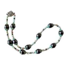 Ketting + oorbellen van grote zwarte stenen, groen brons en slangenhuidsteen (46,5 cm)