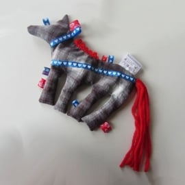 Geblokt circuspaardje met rode staart (droomkussentje)
