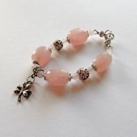 Armband van grote en kleine rozenkwarts met bedel  (21 cm lang)