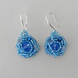 Blauwe en grijze kristallen met blauwe glaskraaltjes