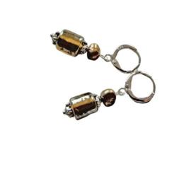 Goudkleurige glaskraal met zoetwaterparel aan zilveren ringen