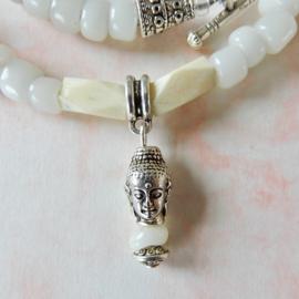 Halsketting met handgemaakte kralen van been en glas met boeddha-hanger (58 cm lang)