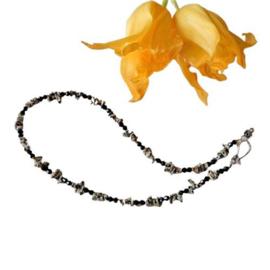 Halsketting van dalmatiër jaspis (chips) met zwarte kristallen (46 cm lang)