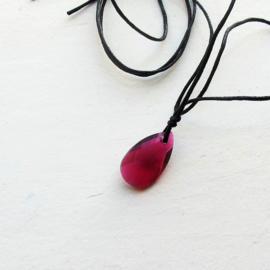 Roze-rood kristal aan een koord