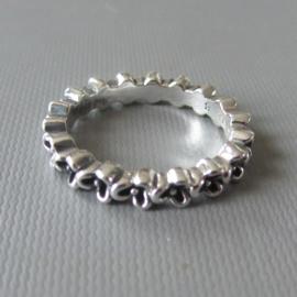 Ring van zwaar zilver in bloemetjesvorm in maat 54 (18) of 56 (19)