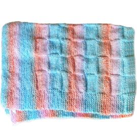 Blauw-roze deken in wafelmotief gebreid (76 x 48 cm)
