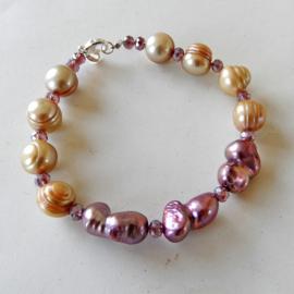 Armband van goudkleurige en lila barokke zoetwaterparels met kristal (19 cm lang)