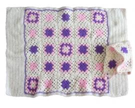 Witte gehaakte deken met roze en lila ook te gebruiken als cape (90 x 66)