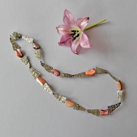 Halsketting van roze parelmoer met platgeslagen ijzer (55 cm lang)