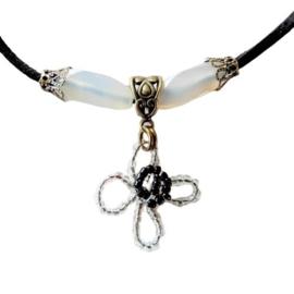 Zwart suède halsbandje met glas en bloemhanger van kleine glaskraaltjes (38 cm lang)